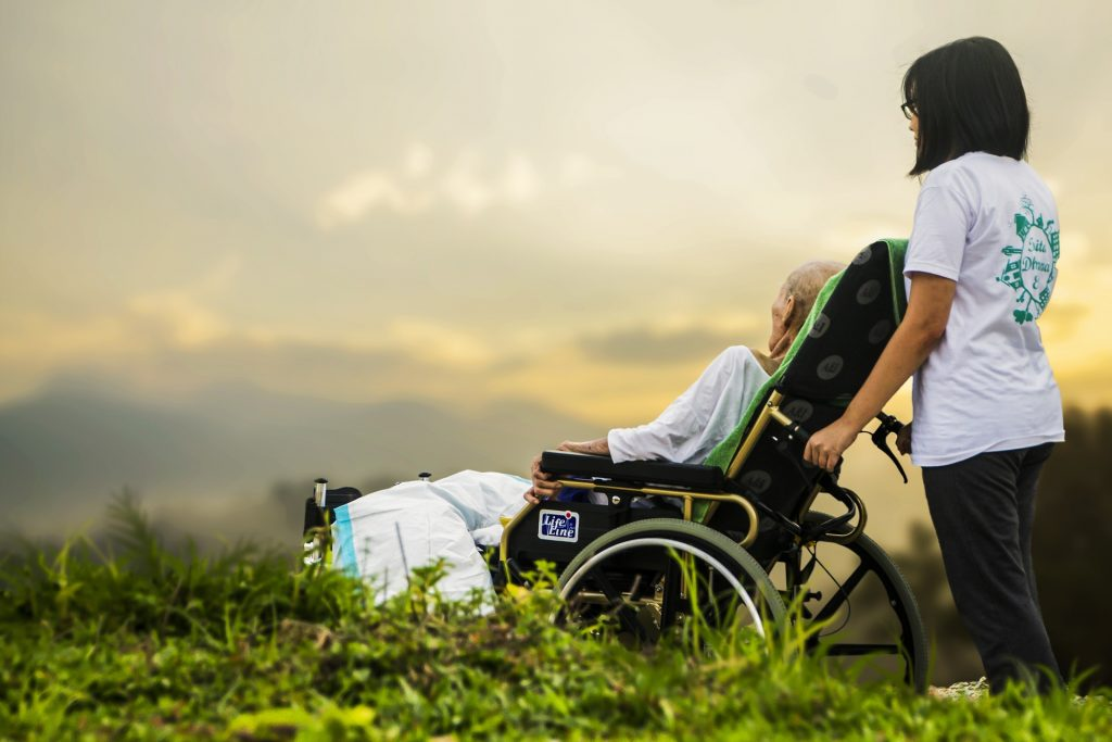 Altenpfleger Gehalt und Probleme in Corona Zeiten